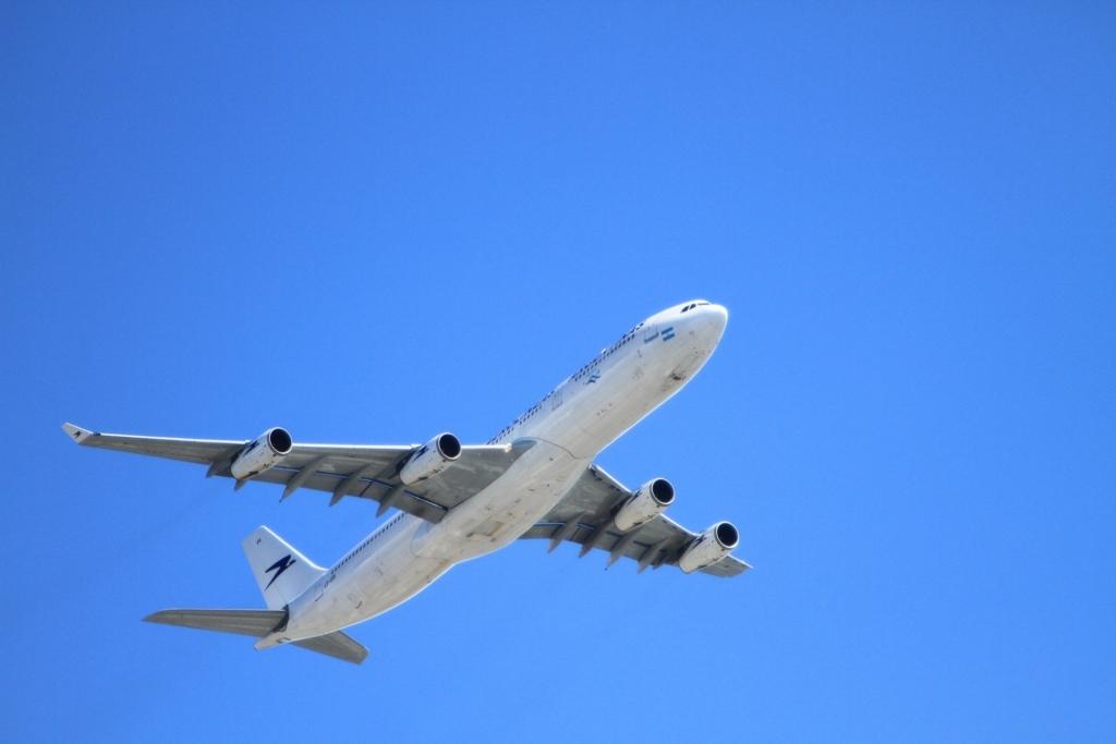 Noticias de aviones. Noticias de aviación. Avión visto desde tierra.