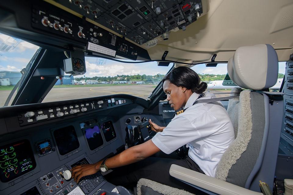 Noticias de aerolíneas. Noticias de compañías aéreas. Piloto de Uganda en un CRJ-900