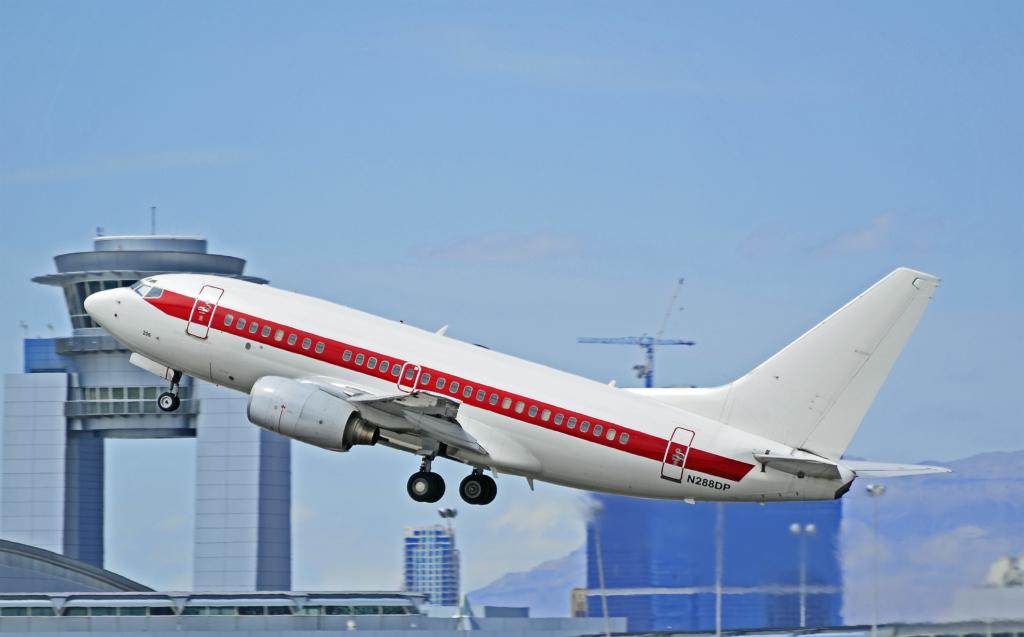 Noticias de aerolíneas. Noticias de compañías aéreas. Boeing 737 de Janet despegando