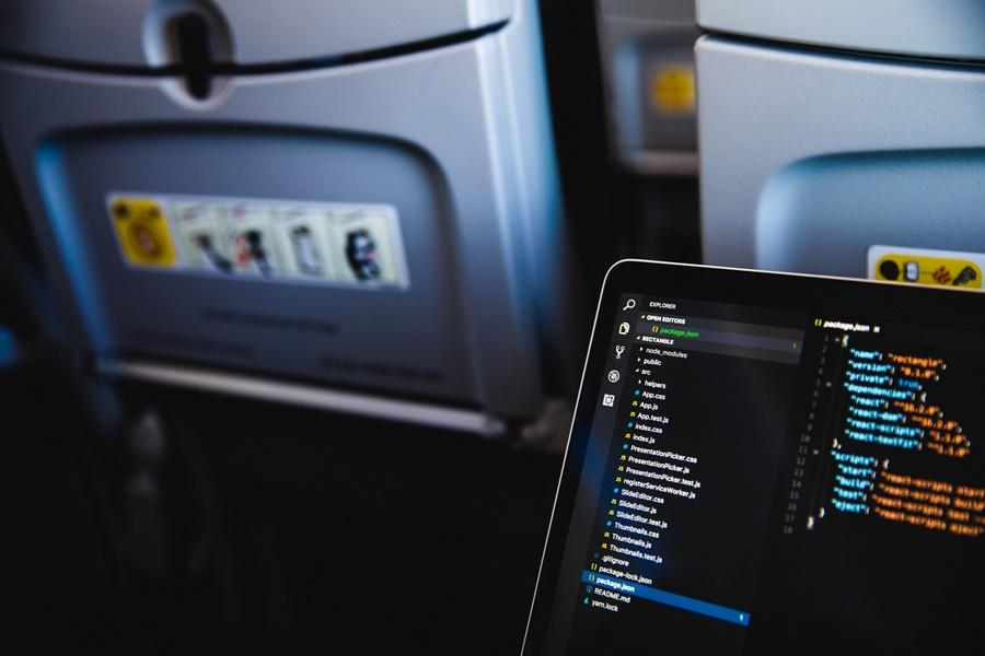 Noticias de aviones. Noticias de aviación. Programando desde la cabina de un avión.