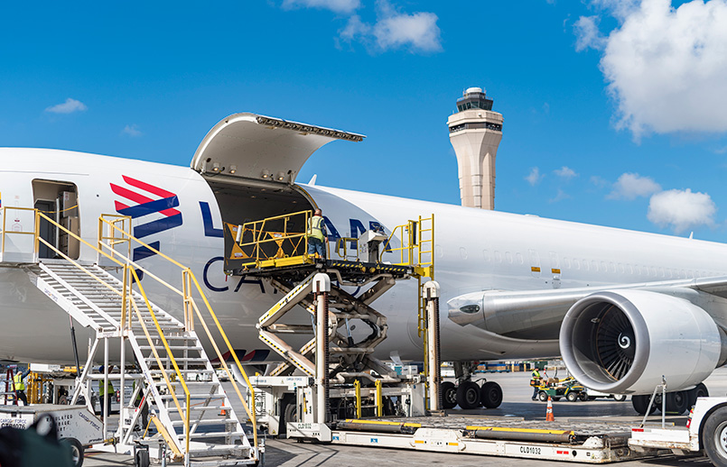 Noticias de aerolíneas. Noticias de compañías aéreas. Cargando un Boeing 767 de LATAM