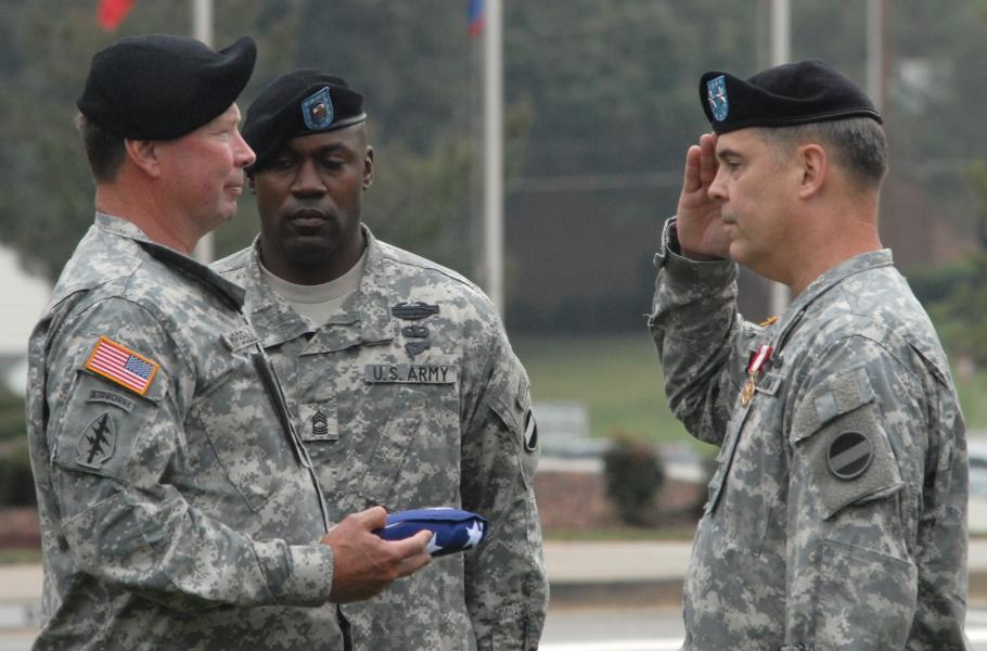 Noticias de aviación. Noticias de aviones. Soldado con la bandera de su país al revés en el brazo derecho.