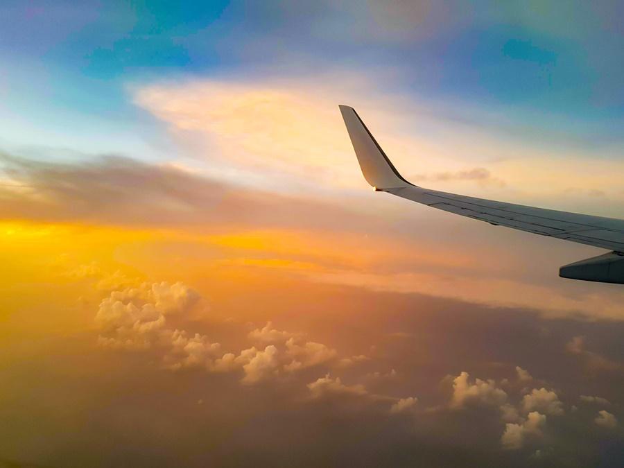 Noticias de aviación. Noticias de aviones. Avión sobrevolando una formación nubosa.