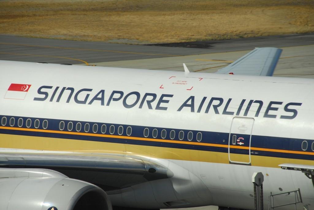 Noticias de aviación. Noticias de aviones. Bandera al revés de Singapur, en un avión de Singapore Airlines.