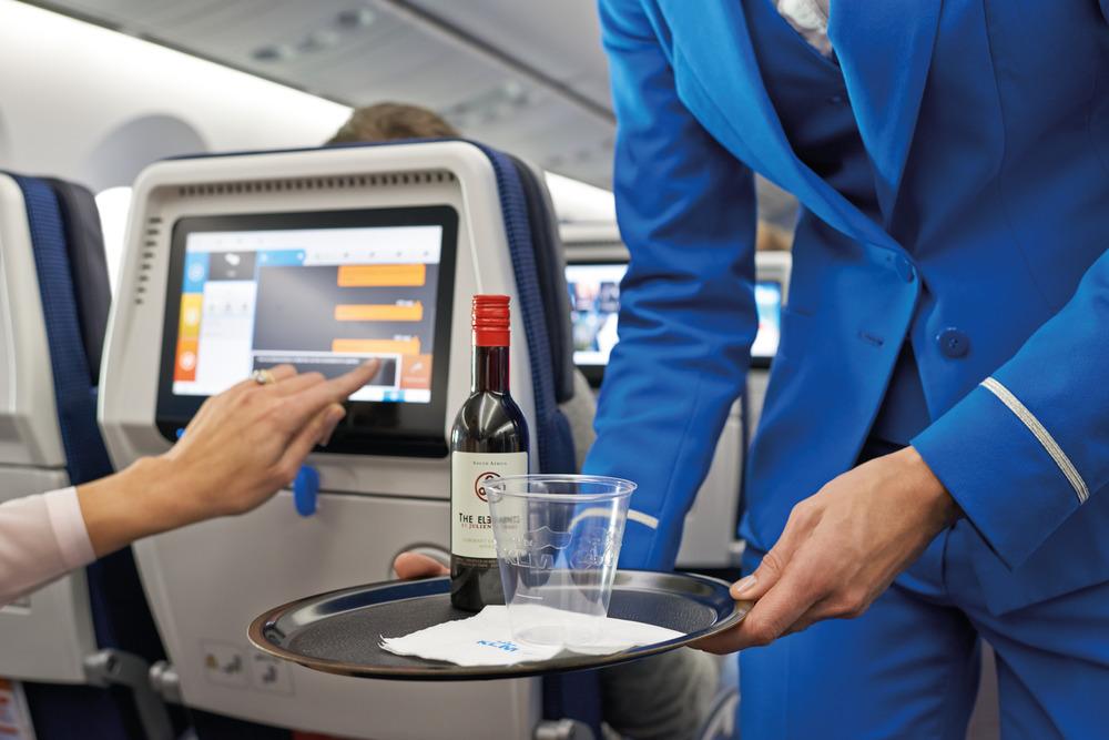 Noticias de aerolíneas. Noticias de compañías aéreas. Servicio de catering a bordo de un avión.