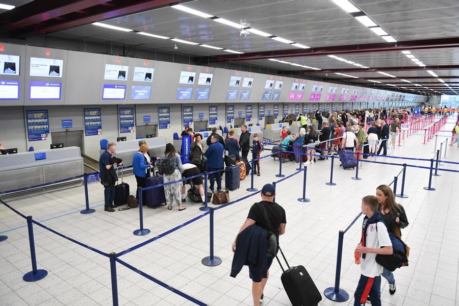 Noticias de turismo. Noticias de aeropuertos. Colas para facturar en un aeropuerto.