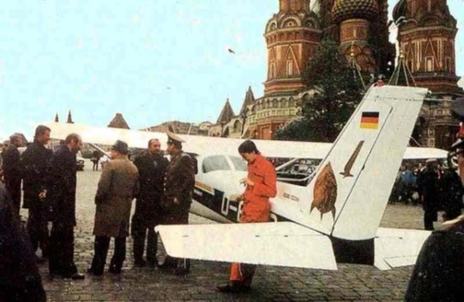Noticias de aviones. Noticias de aviación. Rust después de aterrizar y antes de ser detenido en Moscú.