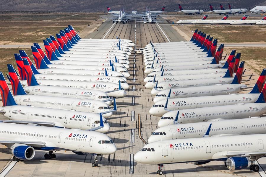Noticias de aerolíneas. Noticias de compañías aéreas. Aviones de Delta Airlines estacionados en el desierto de California