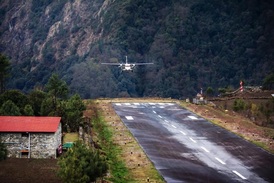 Noticias de compañías aéreas. Noticias de aviones. Avión aterrizando en aeropuerto de Lukla, Nepal.