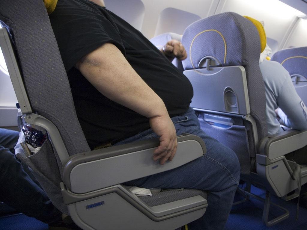 Noticias de aerolíneas. Noticias de aviones. Pasajero con sobrepeso en avión.