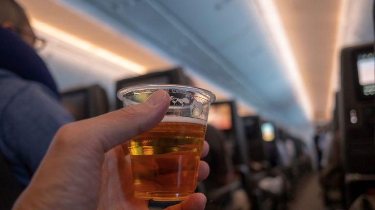 Noticias de aerolíneas. Noticias de compañías aéreas. Bebiendo alcohol a bordo de un avión.