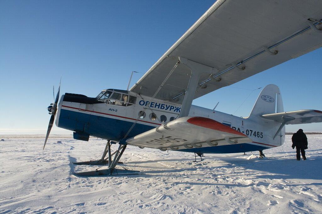 An-2 de la aerolínea rusa Orenburzhye despegando en la nieve