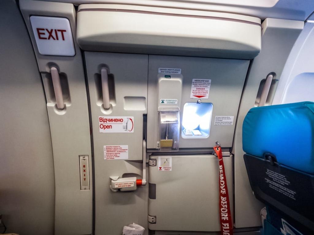 Aerofobia, miedo a volar. Puerta de acceso en la cabina de un avión
