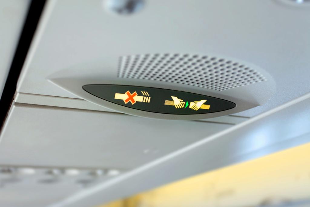 Señal de cinturón de seguridad en un avión