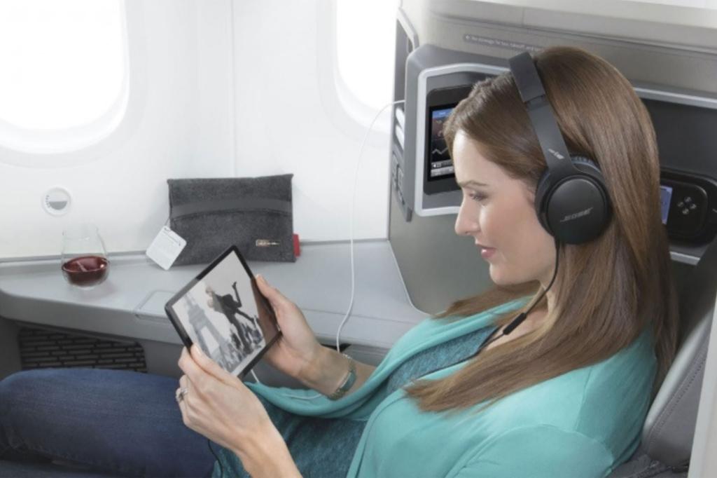 Pasajera accede al servicio de entretenimiento de American Airlines