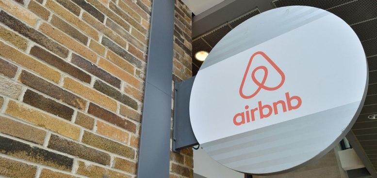 Cartel de Airbnb a la entrada de una vivienda