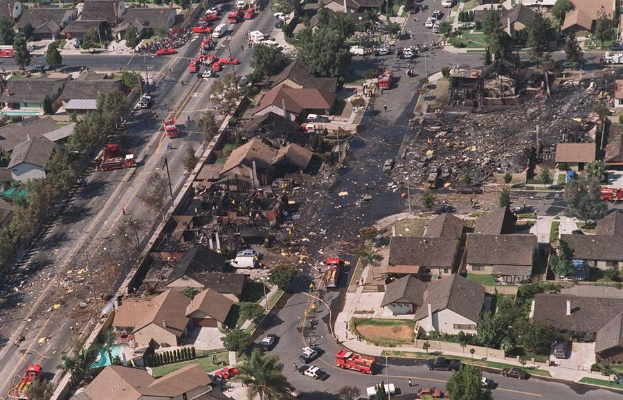 Daños provocados por el DC-9 de Aeroméxico tras caer en una urbanización del Condado de Cerritos, en California