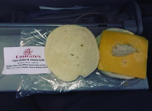 Sandwich de pollo ofrecido en un vuelo de la aerolínea Emirates