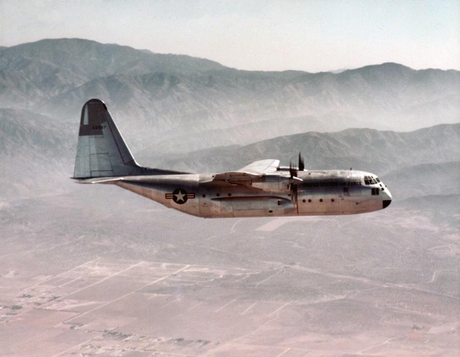 Primer C-130 tras despegar en 1954 desde su base en California