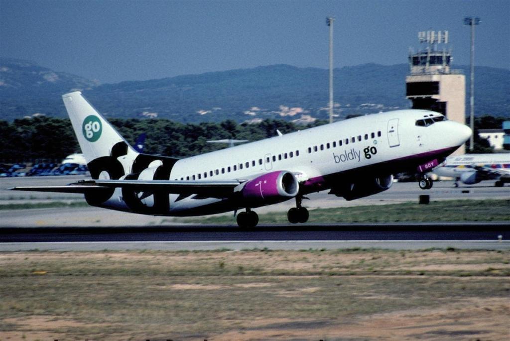 Avión de Go Fly despegando desde el aeropuerto de Stansted