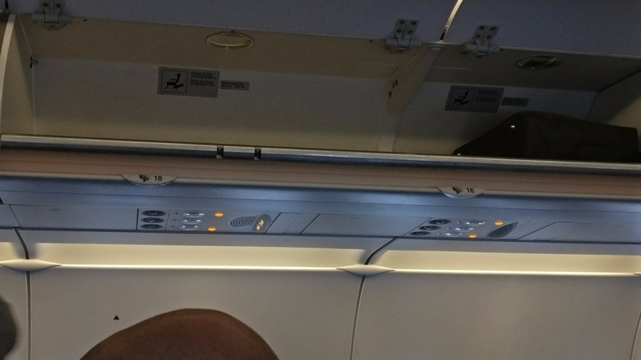 Avión de la aerolínea Lufthansa en el que falta la fila de asientos número 17
