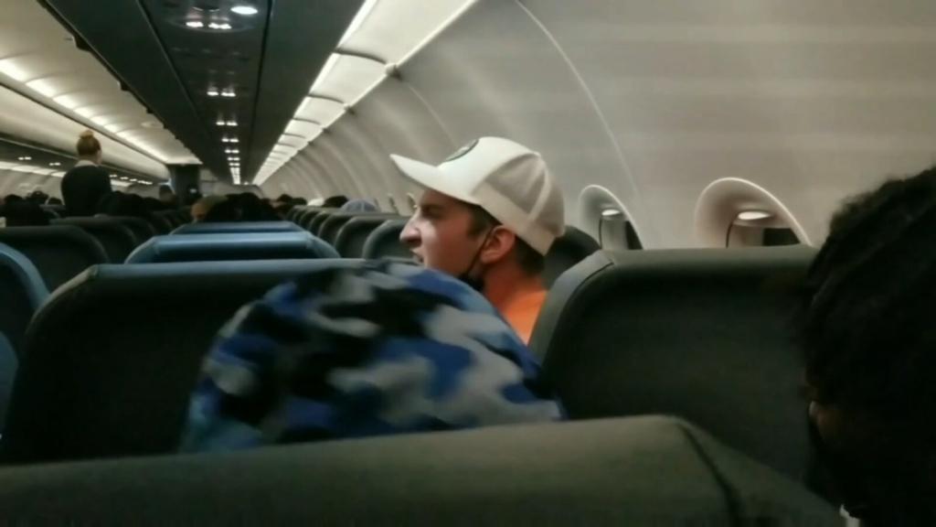 Pasajero conflictivo detenido a bordo de un avión de Frontier Airlines