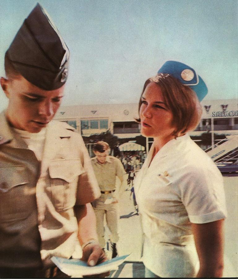 Militar estadounidense embarcando en un avión de Pan Am en Saigón