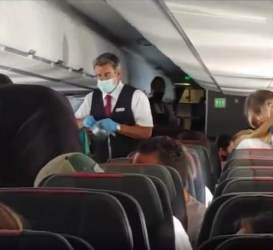 Pasajero conflictivo a bordo de un avión de American Airlines, maniatado a su asiento