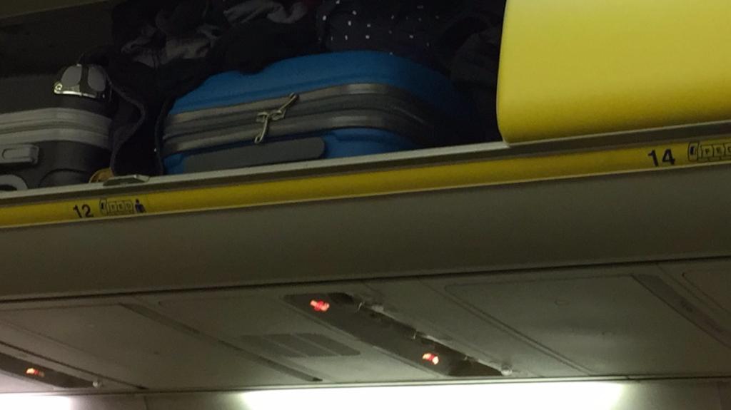 Cabina de un avión de Ryanair en la que falta la fila de asientos número 13