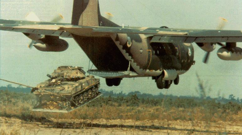 Tanque saliendo de la bodega de un Hércules C130