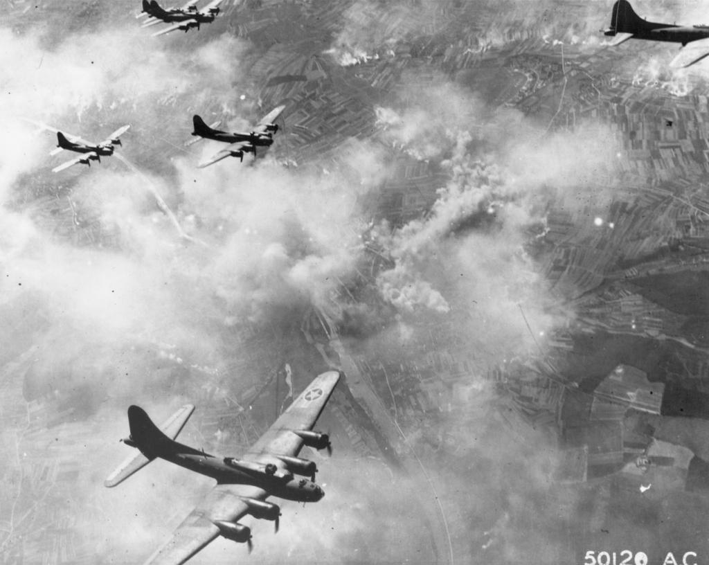 """Bombarderos B-17 durante la misión del """"Black Friday"""""""