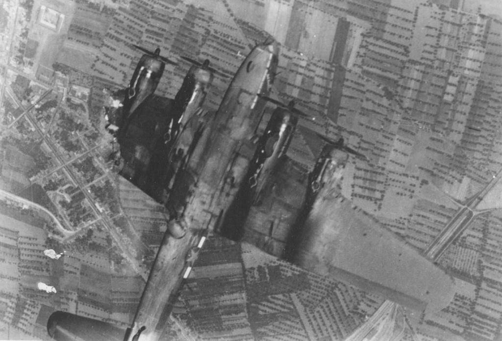 Bombardero B-17 sin el ala izquierda tras una misión en Alemania