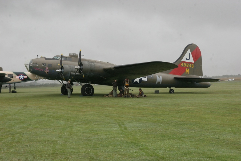 Bombardero B-17 con su tripulación antes de despegar