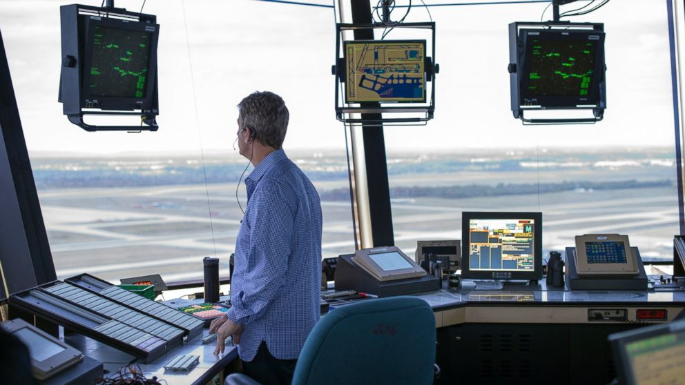Controlador aéreo en la torre de un aeropuerto