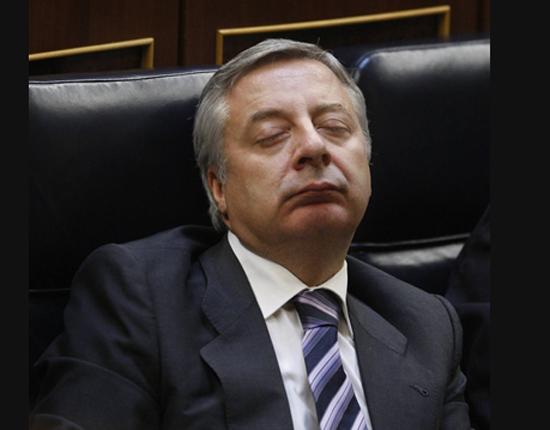 """José """"Pepiño"""" Blanco durmiendo en su escaño del Parlamento"""