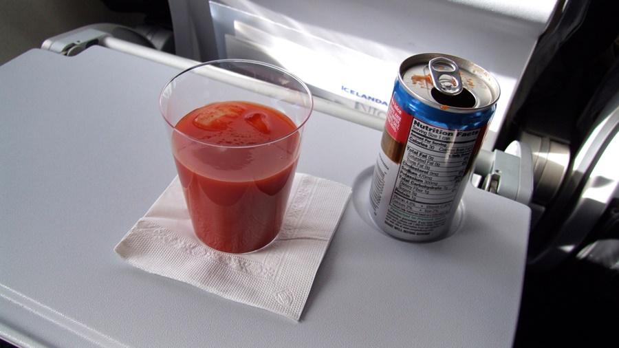 Zumo de tomate en un avión